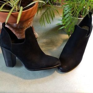TERRIFIC VINCE CAMUTO SUEDE BOOTIES!LIKE NEW!